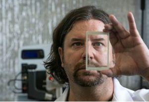 Британские ученые изобрели абсолютно небьющийся экран для смартфона