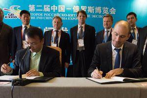 Глава китая стал обладателем нового российского смартфона yotaphone 2