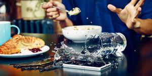 Смартфон упал в воду: правильный ремонт телефона и как его спасти
