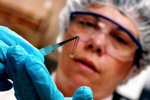 Ученые создали чип, который берет энергию от света, тепла и вибрации