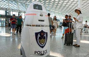 В китайском аэропорту за порядком следит робот с электрошокером (5 фото + видео)