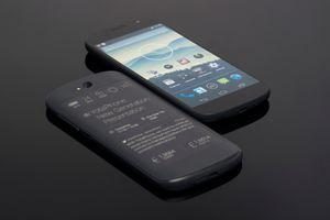 Yota показала второе поколение отечественного смартфона с двумя экранами
